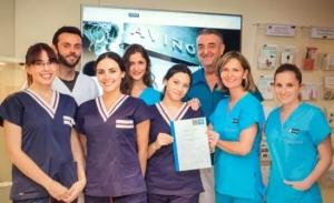 Fotografía del equipo humano que integra la Clínica Aviñó, especialista en implantes dentales sin cirugía en Valencia
