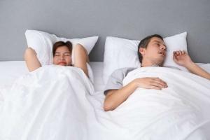 Hombre roncando antes de probar el tratamiento anti ronquidos en Clínica Aviñó