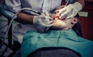 Mujer realizándose una limpieza dental en el dentista