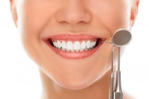 Mujer sonriendo tras haber llevado ortodoncia invisible