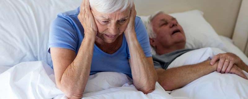 Mujer no puede dormir por la apnea del sueño de su marido, quien necesita tratamiento anti ronquidos