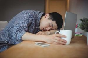 Hombre con somnolencia porque tiene apnea del sueño