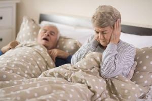 Mujer no puede dormir porque su marido ronca, necesita tratamiento anti ronquidos