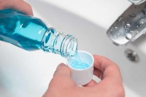 Imagen de colutorio como complemento de la explicación de cómo cepillarse los dientes